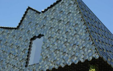 bild fassade aus Mosaikfliesen
