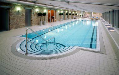Bild schwimmbad mit natursteinwand
